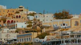 Γέρνοντας πυροβολισμός κινηματογραφήσεων σε πρώτο πλάνο των παραδοσιακών μεσογειακών βιλών απόθεμα βίντεο