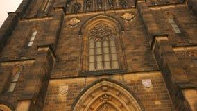 Γέρνοντας πυροβολισμός της βασιλικής του ST Peter και του ST Paul στην Πράγα, Δημοκρατία της Τσεχίας (Czechia) φιλμ μικρού μήκους