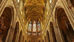 Γέρνοντας πυροβολισμός του κεντρικού διαδρόμου του καθεδρικού ναού του ST Vitus στην Πράγα, Δημοκρατία της Τσεχίας (Czechia) φιλμ μικρού μήκους