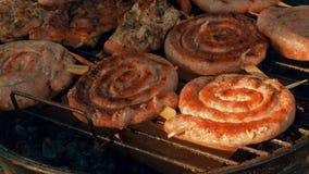 Γέρνοντας σχάρα (BBQ) πυροβοληθείσα παρουσιάζοντας κρέας χοιρινού κρέατος, βόειου κρέατος, πουλερικών και κοτόπουλου φιλμ μικρού μήκους