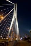 Γέφυρα ÅšwiÄ™tokrzyski στη Βαρσοβία - κρεμώντας σχοινιά στη νύχτα Στοκ Εικόνες
