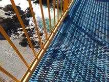 Γέφυρα πέρα από τον ποταμό βουνών στοκ φωτογραφία