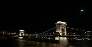 Γέφυρα αλυσίδων της Βουδαπέστης τή νύχτα στοκ φωτογραφία με δικαίωμα ελεύθερης χρήσης