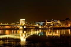 Γέφυρα αλυσίδων της Βουδαπέστης τή νύχτα Στοκ εικόνα με δικαίωμα ελεύθερης χρήσης