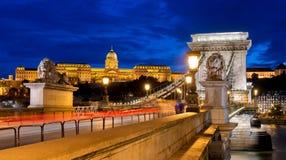 Γέφυρα αλυσίδων της Βουδαπέστης τη νύχτα στοκ εικόνα