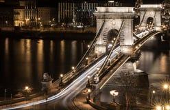 Γέφυρα αλυσίδων της Βουδαπέστης τη νύχτα Στοκ φωτογραφία με δικαίωμα ελεύθερης χρήσης