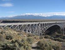 Γέφυρα αναστολής πέρα από το φαράγγι του Rio Grande στοκ φωτογραφία