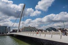 Γέφυρα αναστολής του Samuel Beckett πέρα από τον ποταμό Liffey στο Δουβλίνο Στοκ Εικόνες