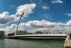 Γέφυρα αναστολής του Samuel Beckett πέρα από τον ποταμό Liffey στο Δουβλίνο Στοκ φωτογραφίες με δικαίωμα ελεύθερης χρήσης