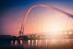 Γέφυρα απείρου στο δραματικό ουρανό στο ηλιοβασίλεμα στα stockton--γράμματα Τ στοκ εικόνα
