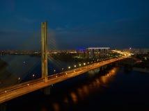 Γέφυρα αυτοκινήτων και σιδηροδρόμου στο Κίεβο, η πρωτεύουσα της Ουκρανίας Γέφυρα στο ηλιοβασίλεμα πέρα από τον ποταμό Dnieper Γέφ Στοκ εικόνα με δικαίωμα ελεύθερης χρήσης