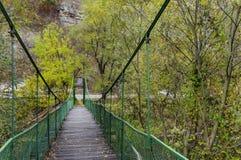 Γέφυρα αλυσοειδών καμπυλών πέρα από τον ποταμό Iskar το φθινόπωρο, defile Iskar, Lakatnik Στοκ Φωτογραφία