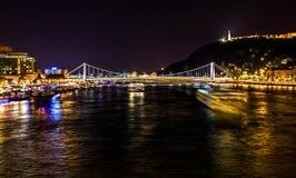 Γέφυρα Βουδαπέστη Ουγγαρία αλυσίδων ποταμών Δούναβη βαρκών κρουαζιέρας Στοκ Εικόνες