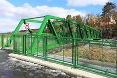 Γέφυρα για πεζούς για τους πεζούς και τους ποδηλάτες στις άγρια περιοχές Στοκ Εικόνα