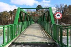 Γέφυρα για πεζούς για τους πεζούς και τους ποδηλάτες στις άγρια περιοχές Στοκ φωτογραφίες με δικαίωμα ελεύθερης χρήσης