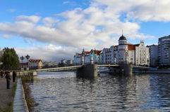 Γέφυρα για πεζούς με τα παλαιά φανάρια Στοκ Εικόνες