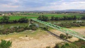 Γέφυρα για πεζούς πέρα από την πλάγια όψη ποταμών απόθεμα βίντεο