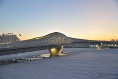 Γέφυρα για πεζούς πέρα από τον ποταμό Ishim σε Astana στοκ φωτογραφία με δικαίωμα ελεύθερης χρήσης