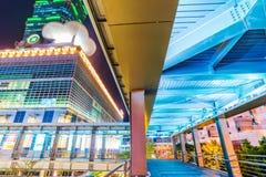 Γέφυρα για πεζούς που οδηγεί στη Ταϊπέι 101 τη λεωφόρο Στοκ φωτογραφία με δικαίωμα ελεύθερης χρήσης