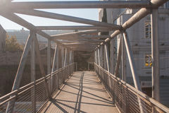 Γέφυρα για πεζούς σιδήρου στο φως του ήλιου Στοκ εικόνες με δικαίωμα ελεύθερης χρήσης