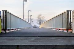 γέφυρα για πεζούς στο ηλιοβασίλεμα Στοκ φωτογραφία με δικαίωμα ελεύθερης χρήσης