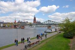 Γέφυρα για πεζούς της Φρανκφούρτης - κύριο ανάχωμα ποταμών Στοκ φωτογραφίες με δικαίωμα ελεύθερης χρήσης