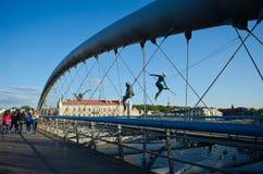 Γέφυρα για πεζούς Bernatek πατέρων της Κρακοβίας ` s και ακροβατικοί αριθμοί από τον πολωνικό καλλιτέχνη Jerzy Jotki Kedziora Στοκ Εικόνες