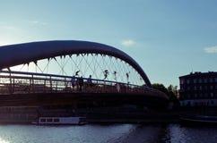 Γέφυρα για πεζούς Bernatek πατέρων της Κρακοβίας ` s και ακροβατικοί αριθμοί από τον πολωνικό καλλιτέχνη Jerzy Jotki Kedziora Στοκ εικόνα με δικαίωμα ελεύθερης χρήσης