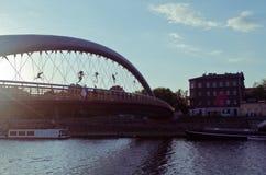 Γέφυρα για πεζούς Bernatek πατέρων της Κρακοβίας ` s και ακροβατικοί αριθμοί από τον πολωνικό καλλιτέχνη Jerzy Jotki Kedziora Στοκ Φωτογραφίες