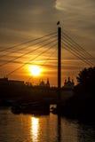 Γέφυρα για πεζούς Tyumen ηλιοβασιλέματος πέρα από τον ποταμό Στοκ Εικόνα