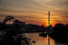 Γέφυρα για πεζούς Tyumen ηλιοβασιλέματος πέρα από τον ποταμό Στοκ Φωτογραφίες