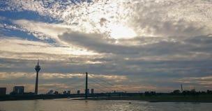 Γέφυρα γονάτων του Ρήνου και πύργος επιφυλακής στο ηλιοβασίλεμα στο Ντύσελντορφ στοκ εικόνα