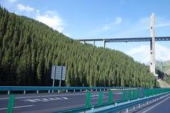 Γέφυρα εθνικών οδών και χάλυβα στα βουνά Στοκ Εικόνες