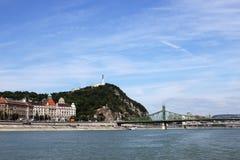 Γέφυρα ελευθερίας και εικονική παράσταση πόλης της Βουδαπέστης λόφων Gellert στοκ φωτογραφία με δικαίωμα ελεύθερης χρήσης
