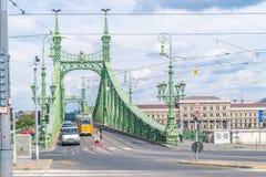 Γέφυρα ελευθερίας με τα αυτοκίνητα και τροχιοδρομική γραμμή στη Βουδαπέστη, Ουγγαρία το Σεπτέμβριο Στοκ Εικόνα