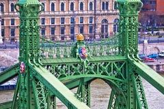 Γέφυρα ελευθερίας στον ποταμό Δούναβη στο παλτό της Βουδαπέστης της άποψης όπλων και λεπτομερειών στοκ εικόνες