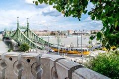 Γέφυρα ελευθερίας όπως βλέπει από τη σπηλιά Hill Gellért στη Βουδαπέστη, Hunga Στοκ Φωτογραφίες