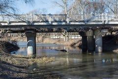 Γέφυρα επάνω από τον ποταμό κατά τη διάρκεια του πρόωρου χρόνου άνοιξη Στοκ εικόνες με δικαίωμα ελεύθερης χρήσης