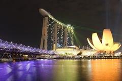 Γέφυρα ελίκων της Σιγκαπούρης και άποψη του κόλπου μαρινών Στοκ Εικόνες