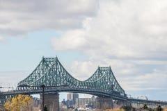 Γέφυρα Ζακ Cartier Pont που λαμβάνεται σε Longueuil στην κατεύθυνση του Μόντρεαλ, στο Κεμπέκ, Καναδάς, κατά τη διάρκεια ενός νεφε στοκ εικόνες