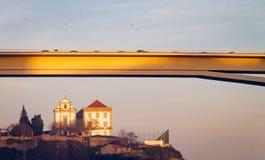 Γέφυρα και απόμακρη εκκλησία στοκ φωτογραφία με δικαίωμα ελεύθερης χρήσης