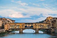 Γέφυρα και αρχιτεκτονική Vecchio Ponte κατά μήκος του ποταμού Arno στη Φλωρεντία, Τοσκάνη στοκ φωτογραφίες