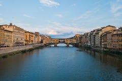 Γέφυρα και αρχιτεκτονική Vecchio Ponte κατά μήκος του ποταμού Arno στη Φλωρεντία, Τοσκάνη στοκ φωτογραφία