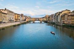 Γέφυρα και αρχιτεκτονική Vecchio Ponte κατά μήκος του ποταμού Arno στη Φλωρεντία, Τοσκάνη στοκ εικόνες