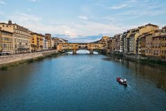 Γέφυρα και αρχιτεκτονική Vecchio Ponte κατά μήκος του ποταμού Arno στη Φλωρεντία, Τοσκάνη στοκ εικόνα