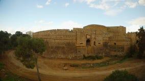 Γέφυρα και βρώμικος δρόμος, υψηλοί τοίχοι σε μια βαθιά τάφρο του μεσαιωνικού φρουρίου Famagusta φιλμ μικρού μήκους