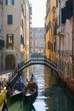 Γέφυρα και γόνδολα στη Βενετία Στοκ Φωτογραφία