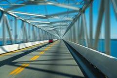 Γέφυρα και εθνική οδός πέρα από το νερό με τη θαμπάδα κινήσεων στοκ εικόνα