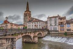 Γέφυρα και εκκλησία στο χωριό Αγίου Girons Γαλλία στοκ εικόνα