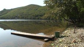 Γέφυρα και κάδος στη λίμνη με το σαφές καθαρό νερό της θάλασσας της Ιαπωνίας φιλμ μικρού μήκους